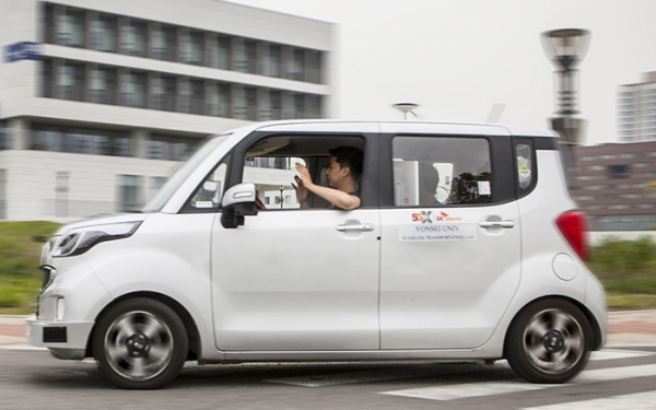 The self-driving car, jointly developed by research teams from SK Telecom and Yonsei University, is on the road at Songdo Campus in Yonsei University.