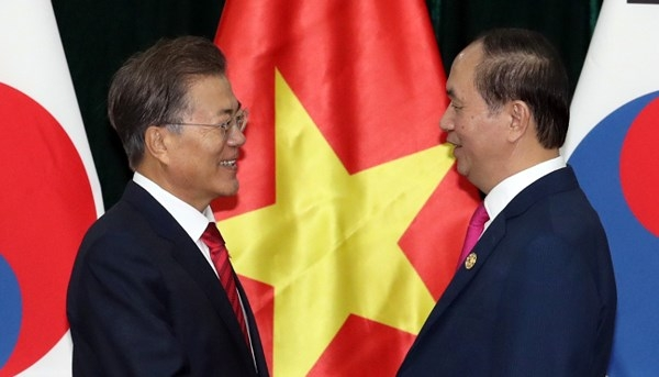 President Moon Jae-in (left) and Vietnamese President Tran Dai Quang pose for a photo ahead of the Korea-Vietnam summit in Da Nang, Vietnam, on Nov. 11.
