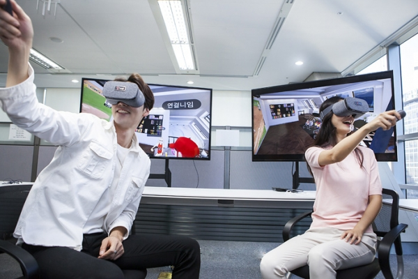 SK Telecom's promotional models are experiencing Oksusu Social VR service.