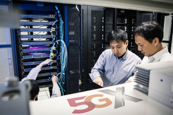 SK Telecom announced on October 24 it succeeded in connecting Samsung Electronics' 5G Non-Standalone (NSA) exchange with Nokia and Ericsson 5G base stations on its Bundang 5G test bed.