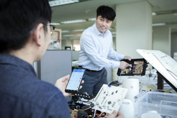 Employees of SK Telecom and its partners are testing Smart Home devices.