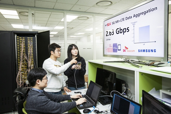 SK Telecom and Samsung Electronics succeeded in transferring data at up to 2.65Gbps, which is the fastest speed of Smartphones, through Galaxy S10 5G, which is equipped with '5G-LTE Combination Technology' at Samsung Electronics' Suwon Business Complex on March 11.