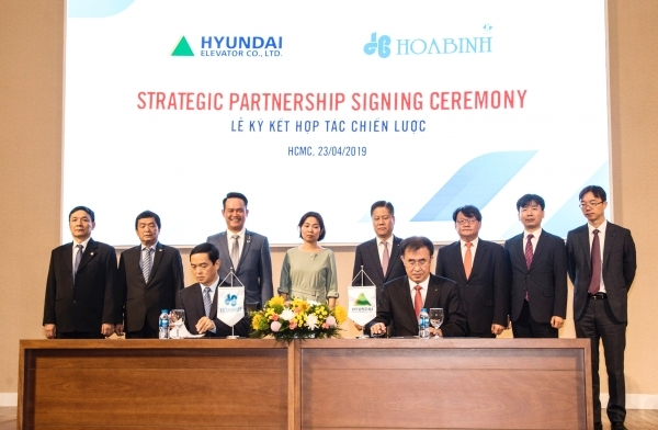 Hyundai Elevator CEO Chang Byung-woo (right) and construction chairman Le Viet High Hoabin signed a strategic alliance on April 23 at Ho Chi Minh Stock Exchange in Vietnam.
