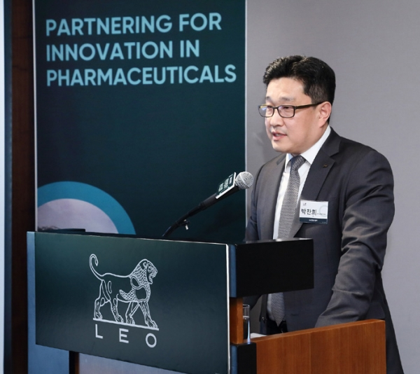 JW Pharmaceutical Research Center Director Park Chan-hee introduces the strategic partnership with Denmark's LEO Pharma at a seminar marking the 60th anniversary of diplomatic ties between South Korea and Denmark at the Shilla Hotel on May 21. JW Pharmaceutical signed a technology export contract with LEO Pharma in August last year for the atopic dermatitis drug JW1601.