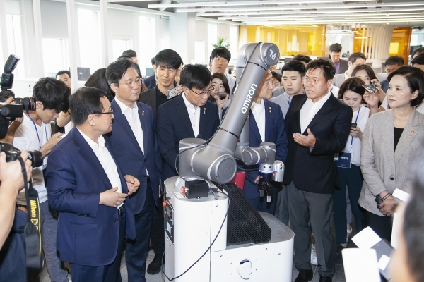 SK Telecom CEO Park Jung-ho (second from right) introduces the 5G delivery robot to ministers