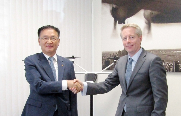 Hanwha System CEO Chang Si-kwon (left) and K4 Aeronautics CEO shake hands after signing the agreement.