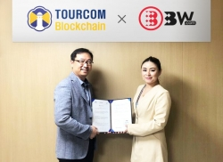 Tourcom Blockchain COO Young Doo Cho (left) and BW Exchange global CEO Cathy Zhu