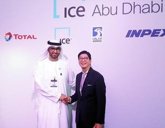 ADNOC CEO Sultan Ahmed al-Jaber (left), CEO of GS Caltex CEO Huh Se-hong (right)