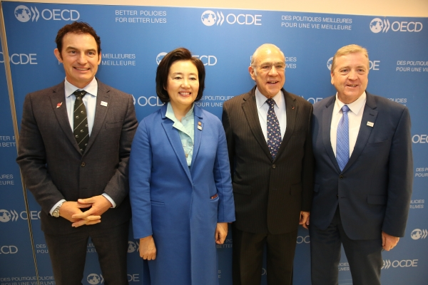 (From left) Stuart Nash, Minister of SMEs New Zealand, Park Young-sun, Minister of SMEs and Startups Korea, Angel Gurria, OECD Secretary-General, and Pat Breen, Minister for Trade, Employment, Business, Ireland.