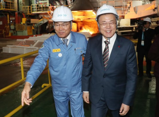 President Moon Jae-in (right) looks around the molten metal production process at the POSCO smart factory, being guided by POSCO Chairman Choi Jung-woo./ Courtesy of Cheong Wa Dae