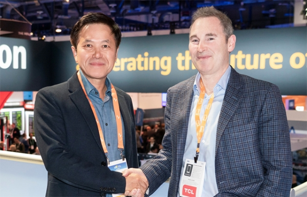 SK Telecom President Park Jung-ho (left) shakes hands with Amazon Web Services CEO Andy Jessy at the Amazon booth inside the CES exhibition hall. On the same day, SK Telecom and Amazon Web Services discussed ways to cooperate in cloud business./ Courtesy of SK Telecom.