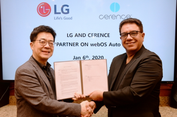 LG Electronics and Cerence of the U.S. recently signed a memorandum of understanding to jointly develop solutions for vehicles in Las Vegas. Park Il-pyong, CTO of LG Electronics (left), and Sanjay Dhawan, CEO of Cerence. / Courtesy of LG Electronics