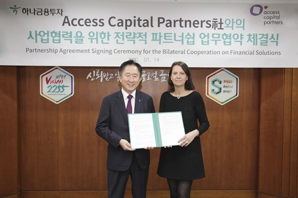 Hana Financial Investment signed a partnership agreement with Access Capital Partners, a European-based global asset management company, at its headquarters in Yeouido on Jan. 14./ Courtesy of Hana Financial Investment