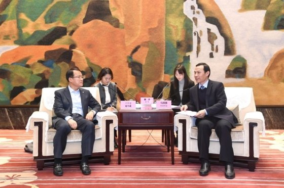 "Ki Woo-sung, vice chairman and CEO of Celltrion (left), and Ma GuoQiang, head of the Wuhan City Council, are exchanging pleasantries ahead of the business pact ceremony for the setup of bio drug production factory"" held in Wuhan, China on Jan. 20./ Courtesy of Celltrion Group"