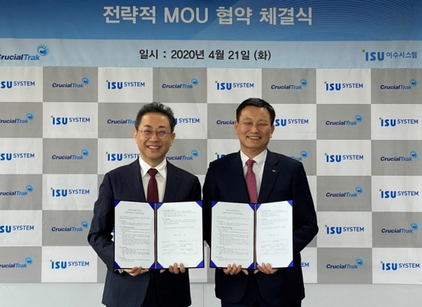 Kim Yong-ha (right), CEO of ISU System, exchanges an MOU with Ahn Geon-joon, CEO of Crucial Trak, on April 21./ Courtesy of ISU System