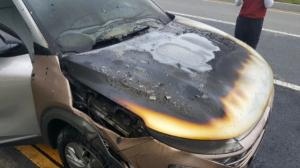 A fire breaks out in Hyundai Motor's hydrogen electric car 'Nexo' driving on road